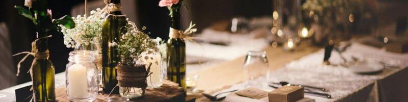 שולחן מעוצב עם כלים חד פעמיים